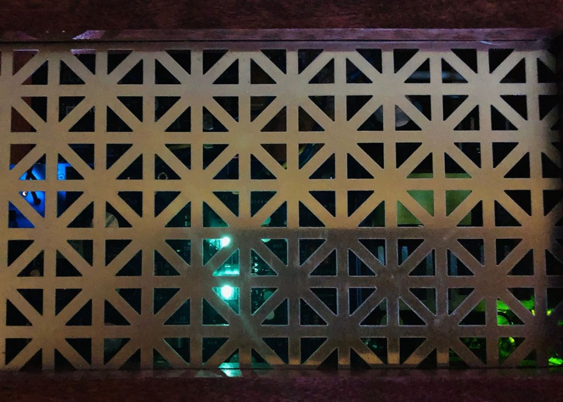 The glow through the top grill. The blue on the left is a white LED on the Tone Board shining up through the blue Nutube PCB. The Nutube is in the middle and the green power board LED is on the right.