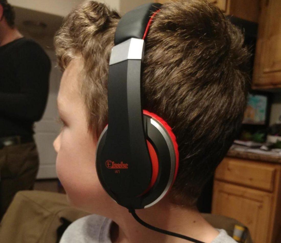 Kid wearing Elecder i41 headphones. Source: Whoopsmybad15 / Amazon.com