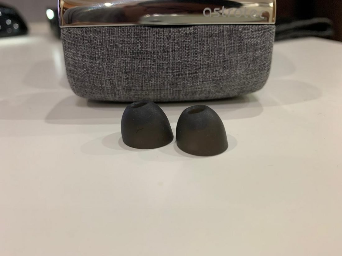 The provided angled ear tips aim to provide a deeper insertion into ear canals which ultimately yield in better isolation.