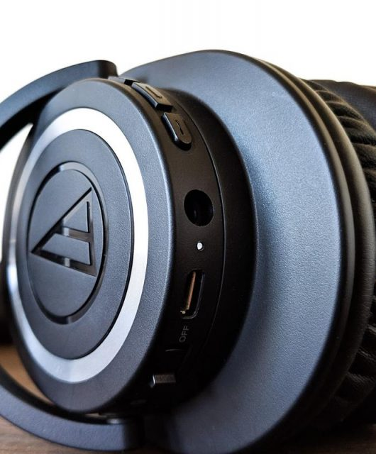 Audio Technica is named the official supplier of headsets and microphones for Lithuania-based Team Atlantis. The partnership marks as the Japanese firm's second deal in the e-sports industry. (From The Verge)
